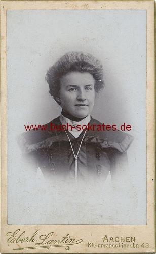 Frau aus Aachen mit schwarzem Kostüm (ca. 1900)