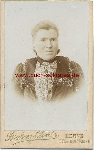 Frau aus Herve (Belgien) im Kleid mit Brosche (ca. 1890)