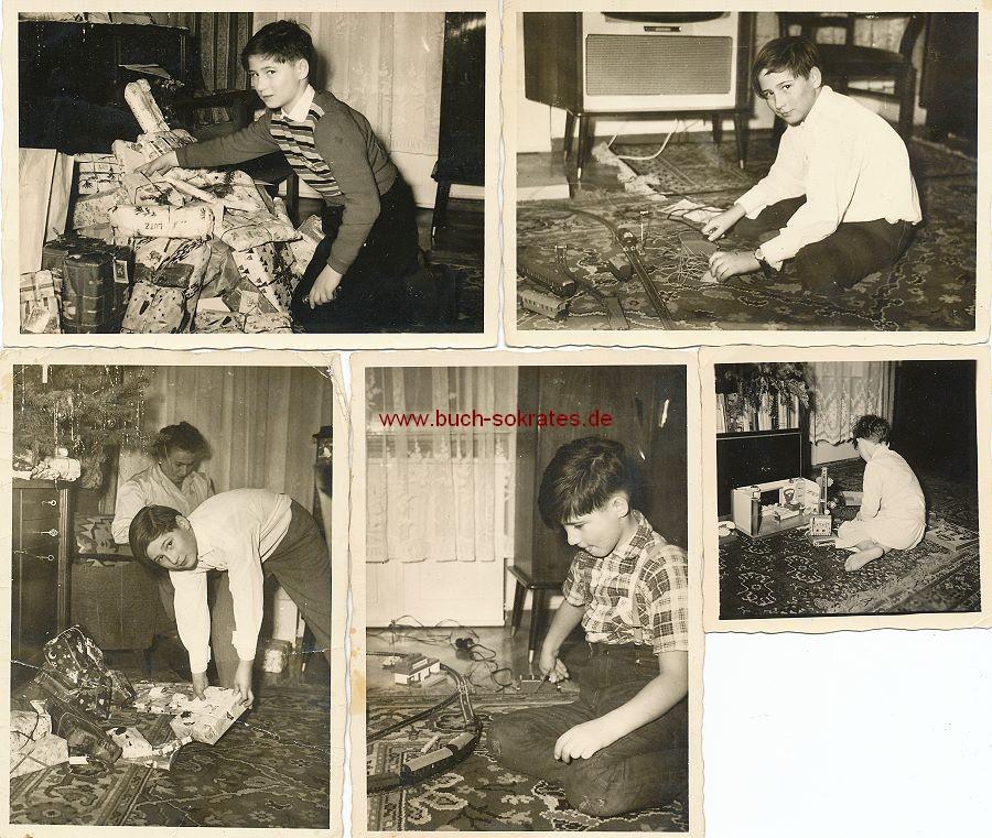 Foto Kleiner Junge mit Weihnachtsgeschenken (ca. 1962)