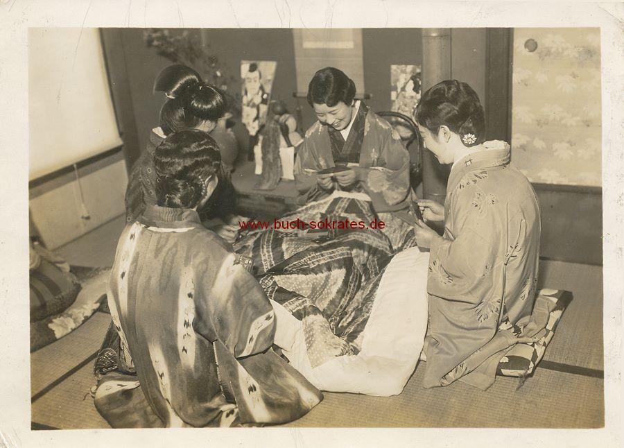 Foto 4 Japanerinnen im Kimono beim Kartenspiel (ca. 1930)