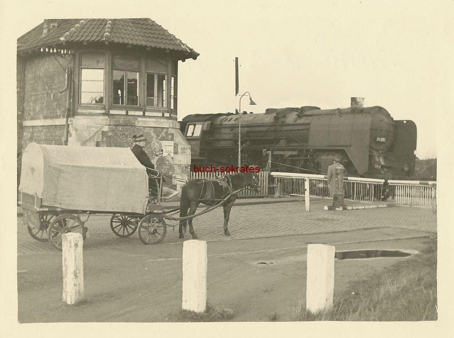 Foto Pferdekutsche vor dem Bahnübergang in Essen-Bergeborbeck (ca. 1940)