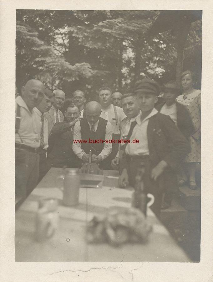 Foto Männer aus St. Ingbert beim Spielen mit Tischkegelspiel (ca. 1925)