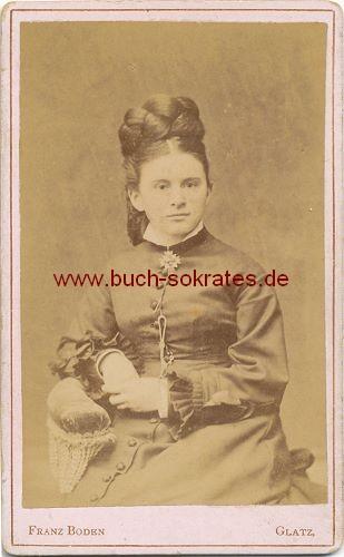 CdV Foto Junge Frau aus Glatz im dunklen Kleid mit hochtoupierten Haaren (ca. 1870)