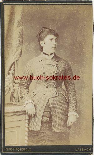 CdV Foto Frau mittleren Alters aus Laibach (Österreich-Ungarn, heute: Ljubljana, Slowenien) im karierten Kostüm mit Halsband (ca. 1870)