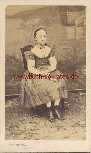CdV Foto Junges Mädchen aus Bourges vor Leinwand mit Flusslandschaft (ca. 1865)