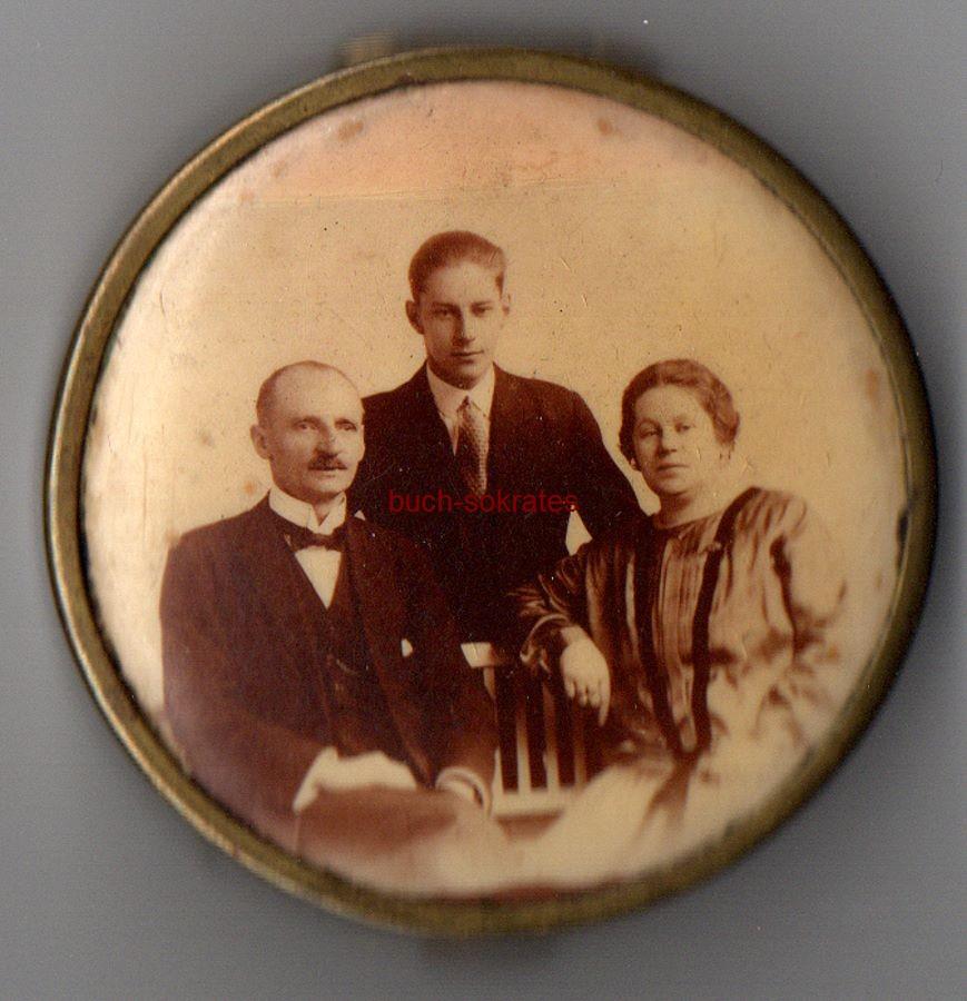 Puderdose mit emailliertem s/w-Foto: Familienfoto mit Vater, Mutter und Sohn (wohl aus dem Raum Aachen) Innen mit Spiegel (ca. 1920)