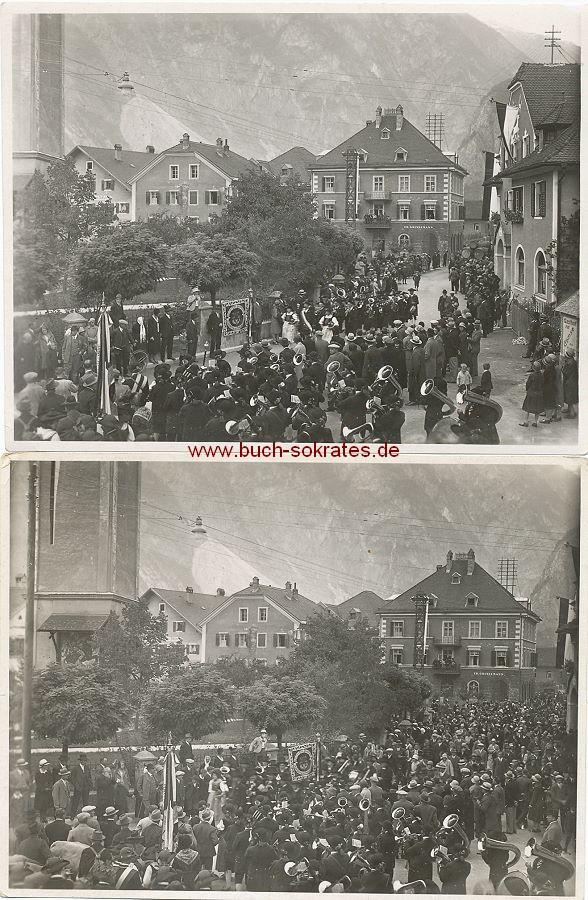Foto Stadt im Alpenraum: Versammlung vor der Kirche mit Blasorchester / Gasthof zur Gemse des Hermann ... / Hotel Ed. Grissemann / Gasthof zum Adler (ca. 1930)