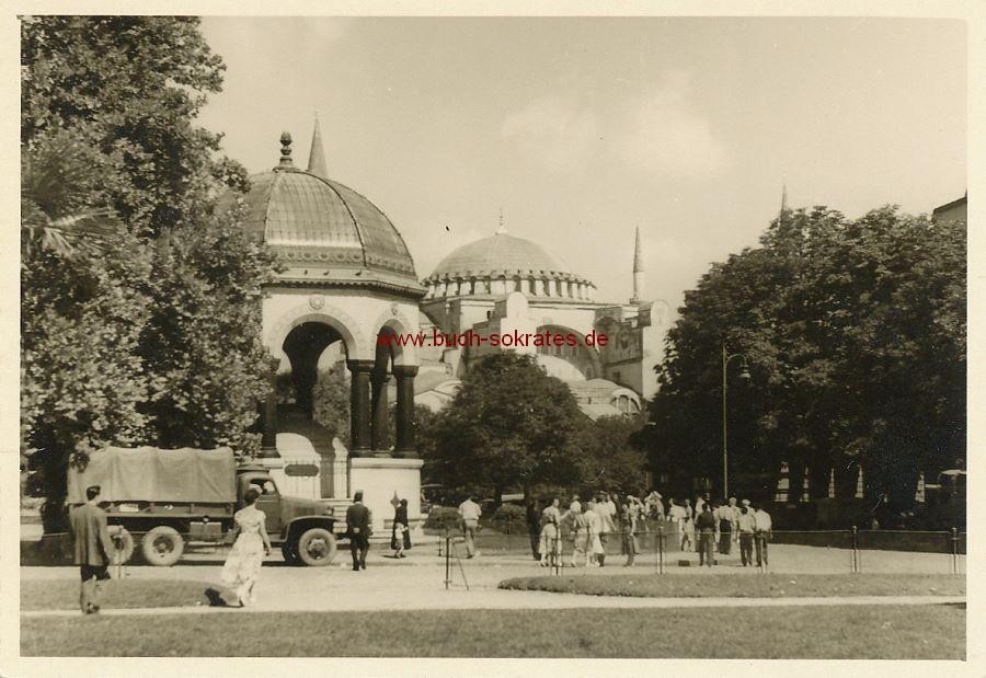 Foto Hagia Sophia-Moschee in Istanbul mit Passanten (ca. 1960)