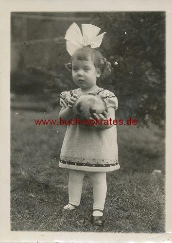Foto Kleines Mädchen aus Dürener Raum mit Schleife u. Ball (wohl 30er Jahre)
