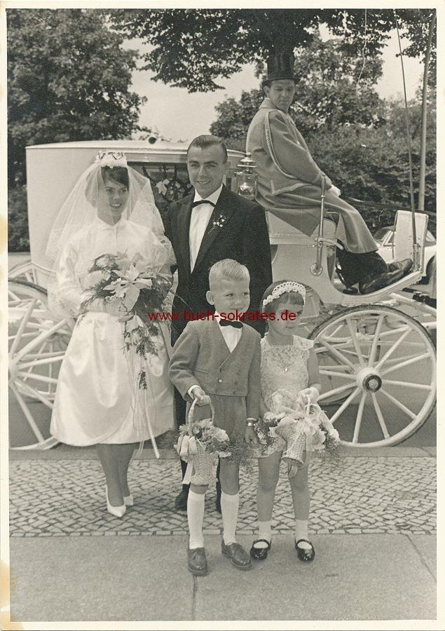 Foto Hochzeitspaar aus Berlin an der weißen Hochzeitskutsche mit Brautjungfer u. Brautführer (ca. 1965)