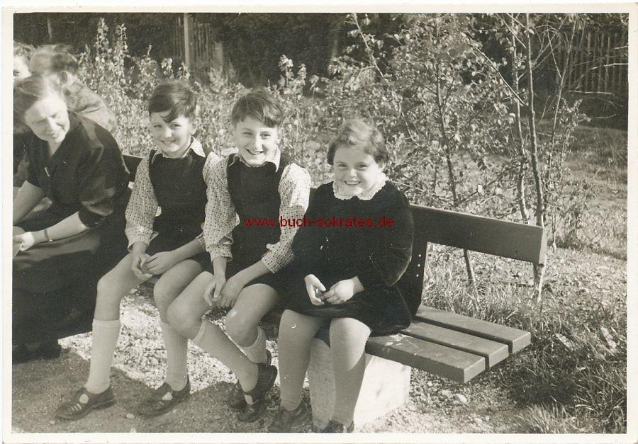 Foto Mädchen u. 2 Jungs auf Parkbank (ca. 1955)