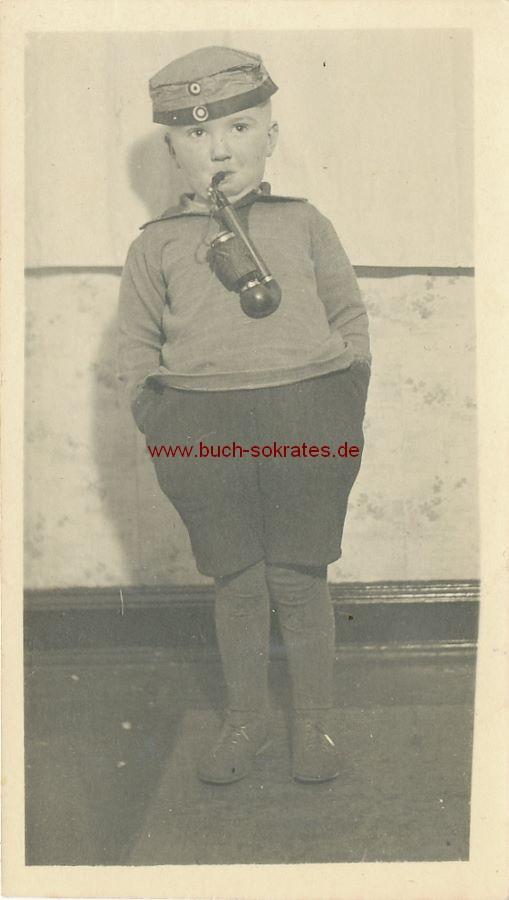 Foto Kleiner Junge mit Pfeife (ca. 1930)