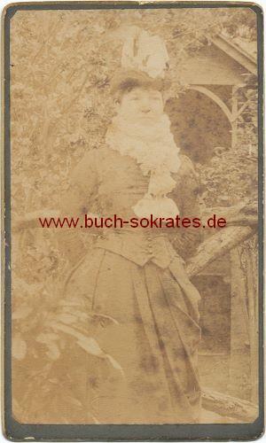 Frau aus England im Garten (ca. 1890)