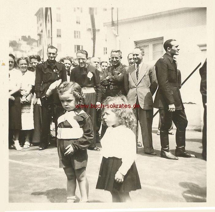 Foto Paramilitärische Übungen u. Exerzieren bzw. Leibesübungen junger Mädchen auf e. Sportplatz in Varazze (Ligurien/Italien) (1939)