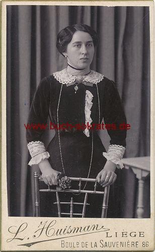 CdV Foto Junge Frau aus Lüttich / Liege im dunklen Kostüm mit Spitzenkragen (ca. 1910)
