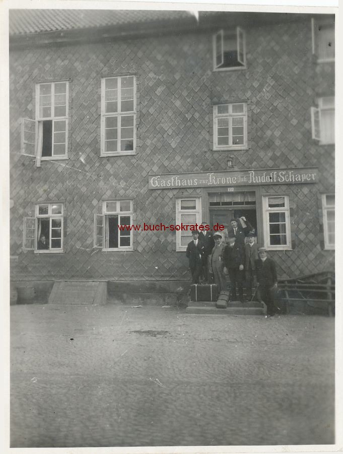 Foto Gruppe vor Gasthaus zur Krone, Inh. Rudolf Schaper in Hardegsen (ca. 1925)
