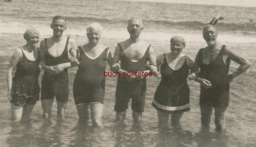 Foto 3 Paare (sowohl die Damen wie die Herren) in Badeanzügen beim Baden am Strand in Sellin (Rügen / Mecklenburg-Vorpommern) (ca. 1920)