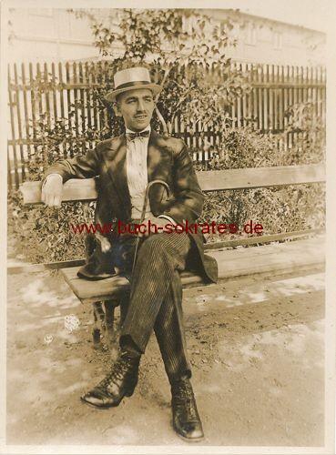 Foto Mann aus Leipzig mit Spazierstock u. Strohhut (1920)