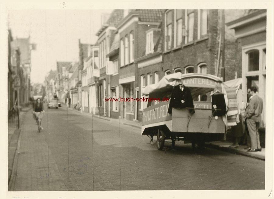 Foto Fliegender Textil-Händler mit Verkaufswagen in Holland (ca. 1960)