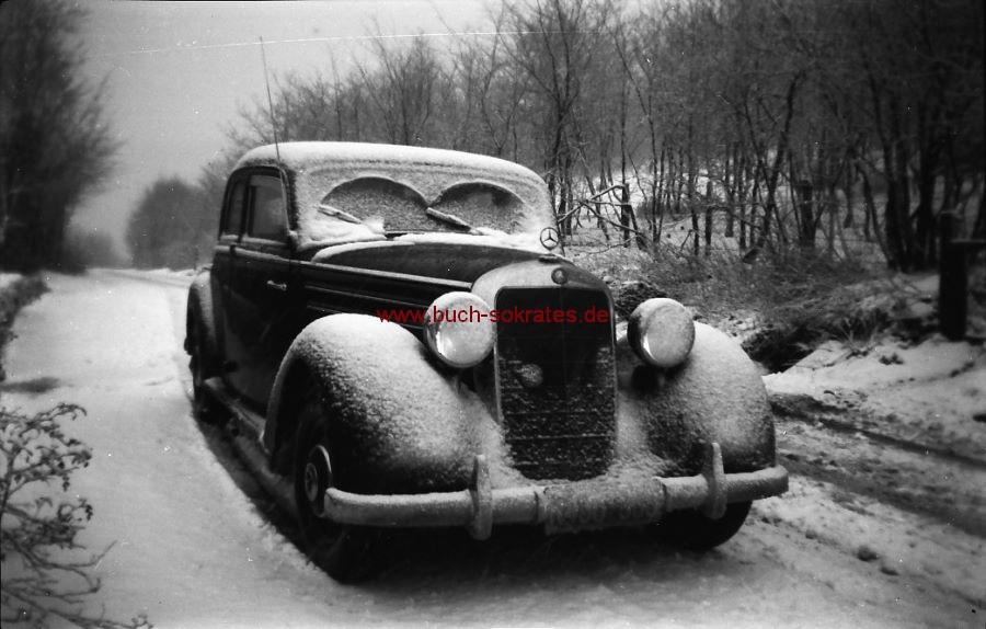 Negativ Traumhaft schöne Aufnahme Mercedes-Oltimer-Auto von vorne im Schnee auf e. Straße (ca. 1955)