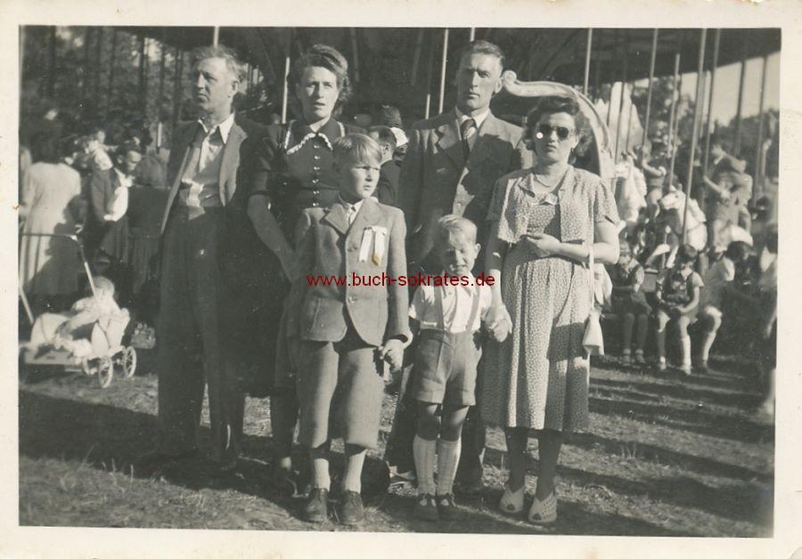 Foto Familie aus Ried / Oberösterreich auf Kirmes vor Karussell (ca. 1930)
