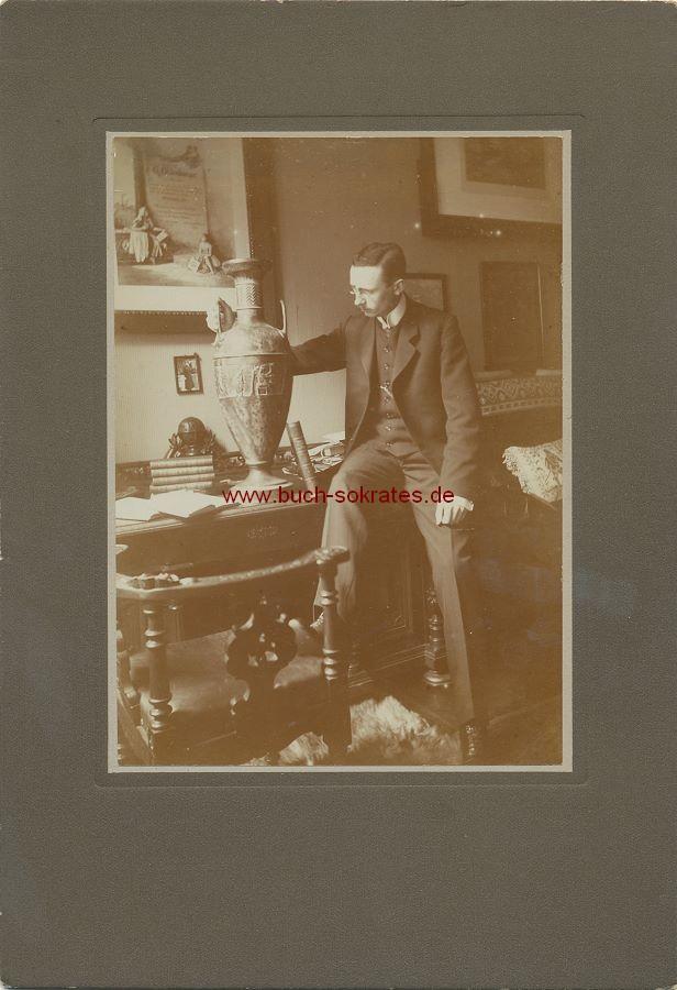 Junger Mann am Schreibtisch (ca. 1900)