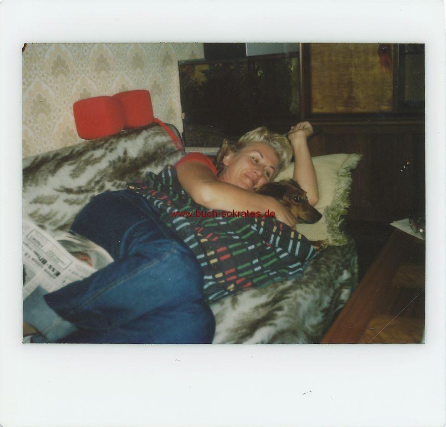 Foto Kodak-Sofortbild: Frau mit Dackel auf dem Sofa liegend (ca. 1980)