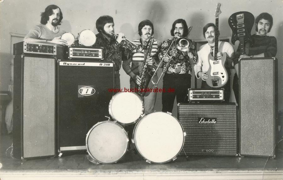 Foto Musikgruppe mit Instrumenten auf der Bühne (ca. 1970)