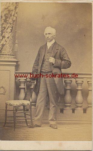Alter Mann aus England im Anzug vor Ballustrade (ca. 1860)