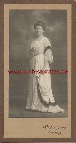 CdV Frau aus Saarlouis im noblen weißen Kleid (ca. 1900)