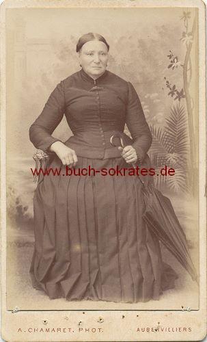 CdV Foto Ältere Frau aus Aubervilliers im dunklen Kleid mit Schirm  (ca. 1880)