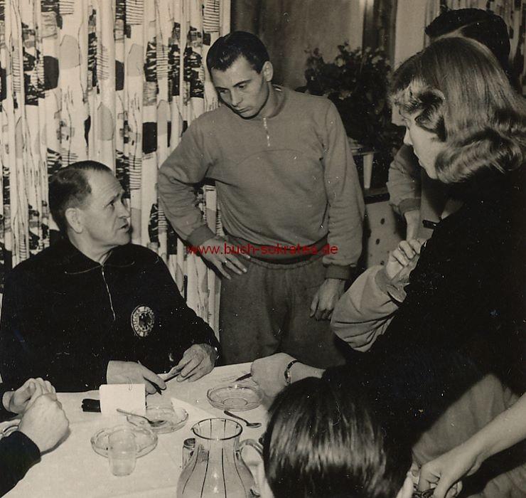 Foto Fußball-Bundestrainer Sepp Herberger mit Spielern u. Fans (ca. 1955)
