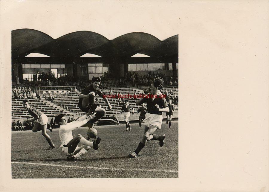 Foto Fußballspiel Torschuss mit Stürmer u. Torwart (ca. 1955)