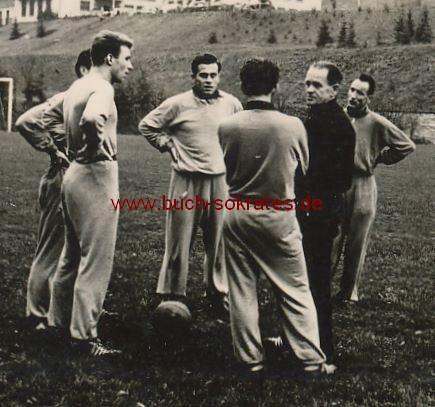 Foto Deutsche Fußball-Nationalspieler in Trainingsanzügen bei Sepp Herberger - Trainingslager Sportschule Schöneck? (ca. 1955)