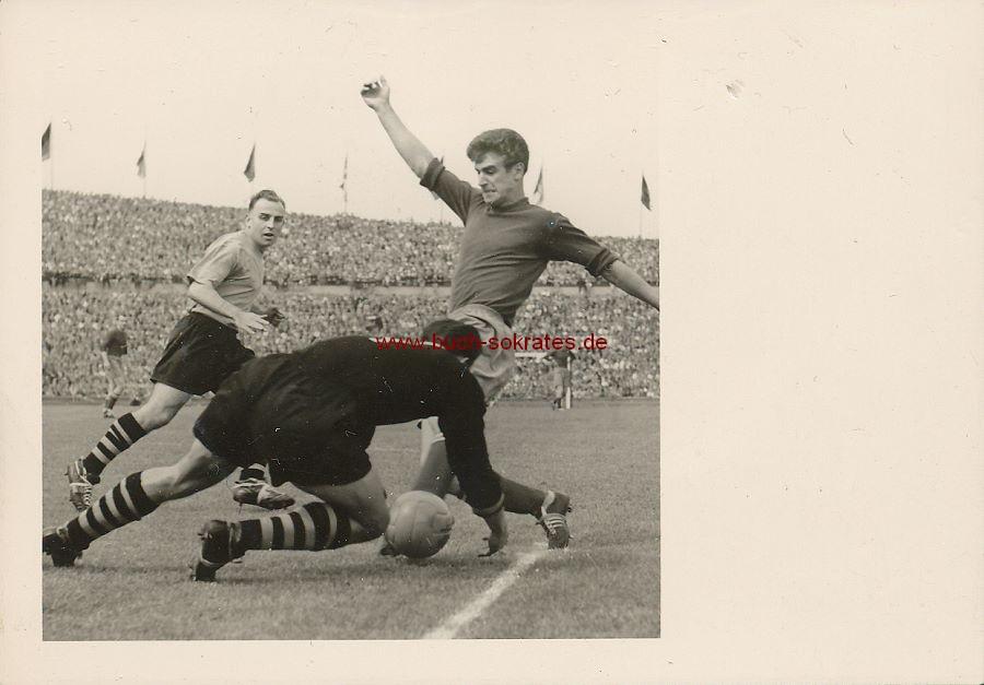 Foto Fußballspiel Stürmer gg. Torwart - Fußball-Oberliga (ca. 1955)