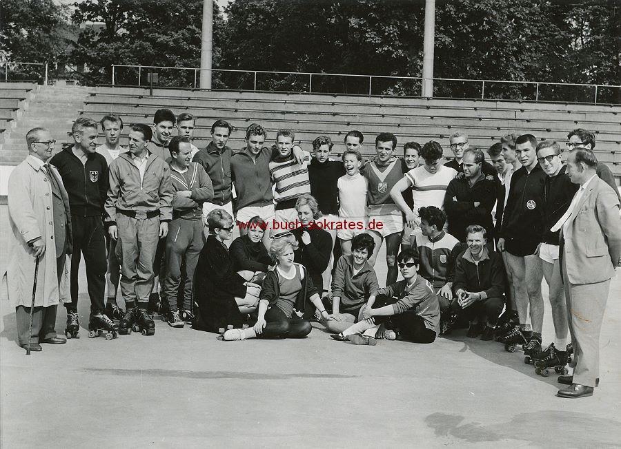 Foto Rollsportler auf Rollschuhen (ca. 1961)