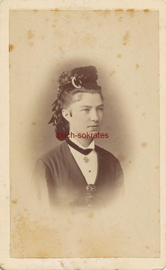 CdV Junge Frau aus Perleberg (Brandenburg) mit Zöpfen und Haarband (ca. 1870)