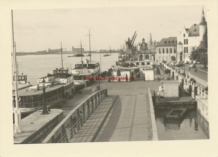 Foto Ansicht Antwerpen / Flandern Hafen. Mittig ein Schild zu sehen: Flandria - Interprovinciale Stoombootdiensten (1958)