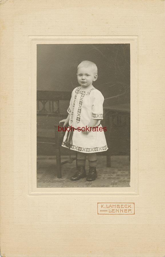 Kleinkind aus Lennep (heute zu Remscheid / NRW) im Kleid mit Stickarbeiten - K. Lambeck, Lennep (ca. 1910)