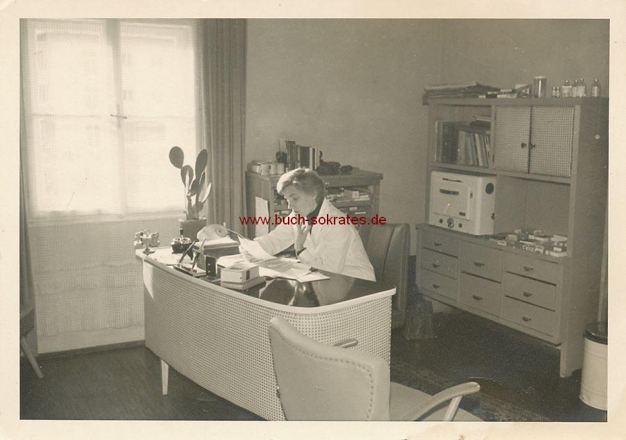 Foto Frau im Büro mit 50er-Jahre-Möbeln (ca. 1955)