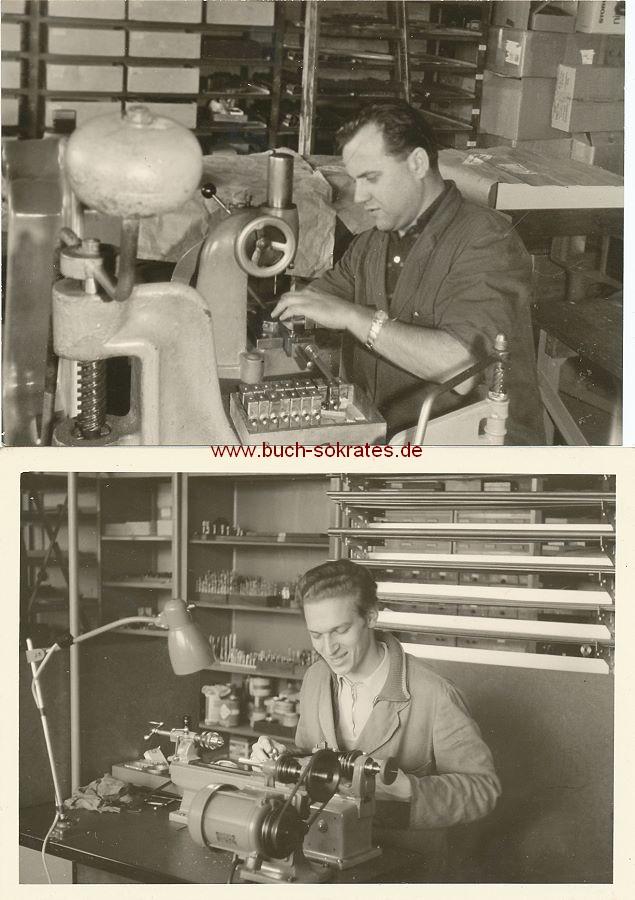 Foto Zwei Arbeiter an ihren Werkbänken (ca. 1960)