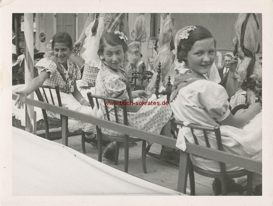 Foto Mädchen aus St. Ingbert beim Spinnen am Spinnrad (ca. 1930)