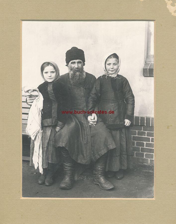 Foto Älterer Mann aus Weißrussland in Hamburg-Veddel Auswanderer-Hallen mit Enkelkindern (1909)