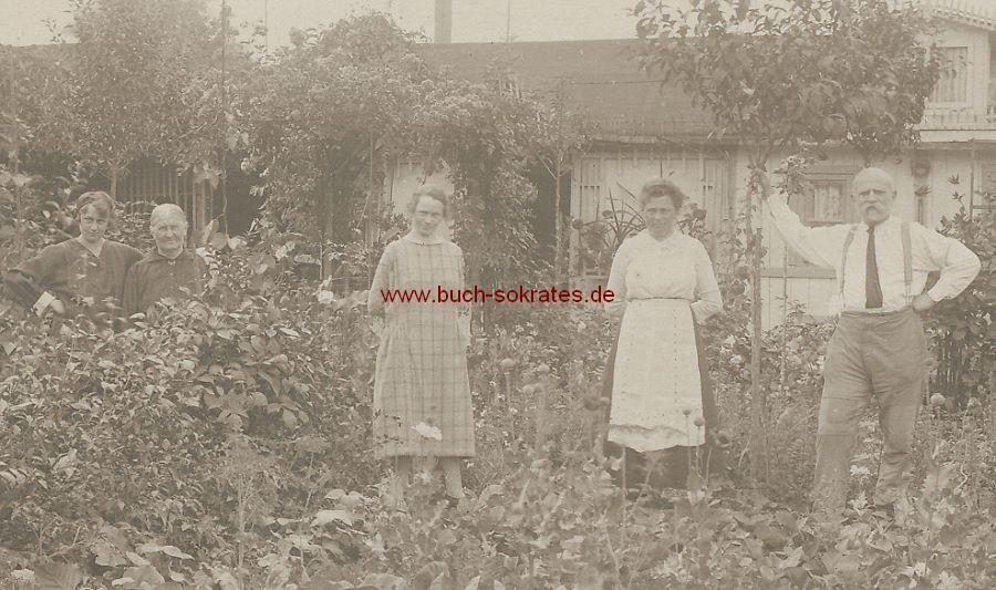 Foto Einige Personen im Nutzgarten (ca. 1920)