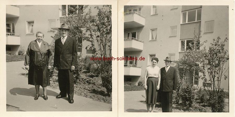 Foto Mann mit Frau vor Mehrfamilienhaus (ca. 1965)