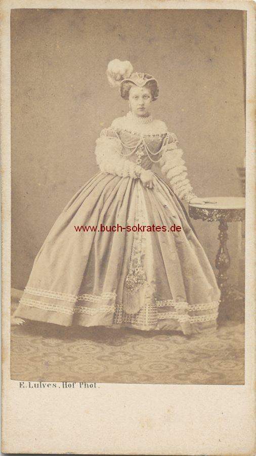 CdV Foto Frau aus Hannover mit Kleid u. Hut mit Federn (ca. 1865)
