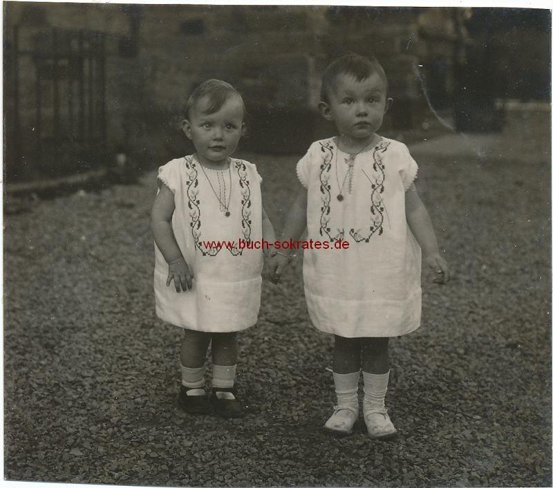 Foto Zwei kleine Kinder (wohl aus Aachen) Hand in Hand (ca. 1930)