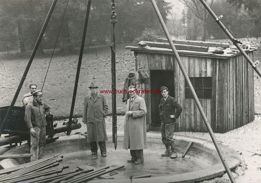Foto Arbeiter mit Bauleider in Bad Soden am Taunus auf einer Baustelle stehend (ca. 1930)