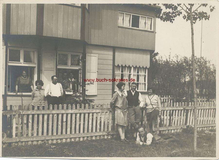 Foto 9 Personen vor einem Holzhaus (ca. 1930)