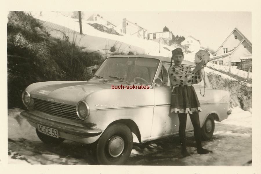Foto Kleines Mädchen aus Monschau (NRW) in Karnevalsverkleidung mit Tambourin an einem Ford Kadett (1963)